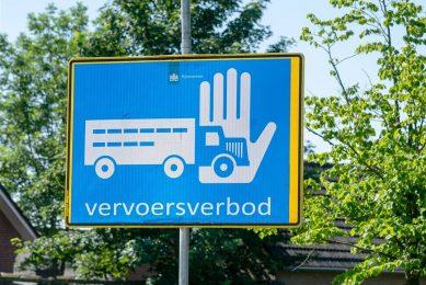 Minister Schouten heeft per direct een vervoersverbod voor pluimveebedrijven afgekondigd in een zone van 10 kilometer rond het bedrijf in Zeewolde. - Foto: ANP