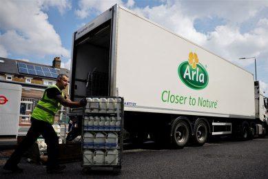 Een chauffeur van Arla bezorgt zuivel bij een supermarkt in Londen. - Foto: ANP