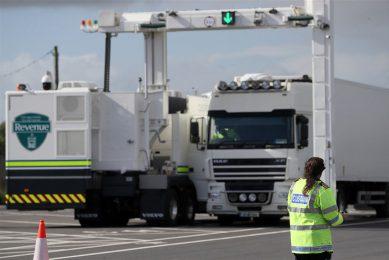 Een vrachtwagen wordt gecontroleerd in de haven Rosslare Europort. - Foto: ANP