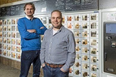 Links: Sander Sciarone, rechts: partner Frans Vermunt voor de Lockblox-automaat. De afzet van verkoopautomaten is enorm gestegen. - Foto: Innovend
