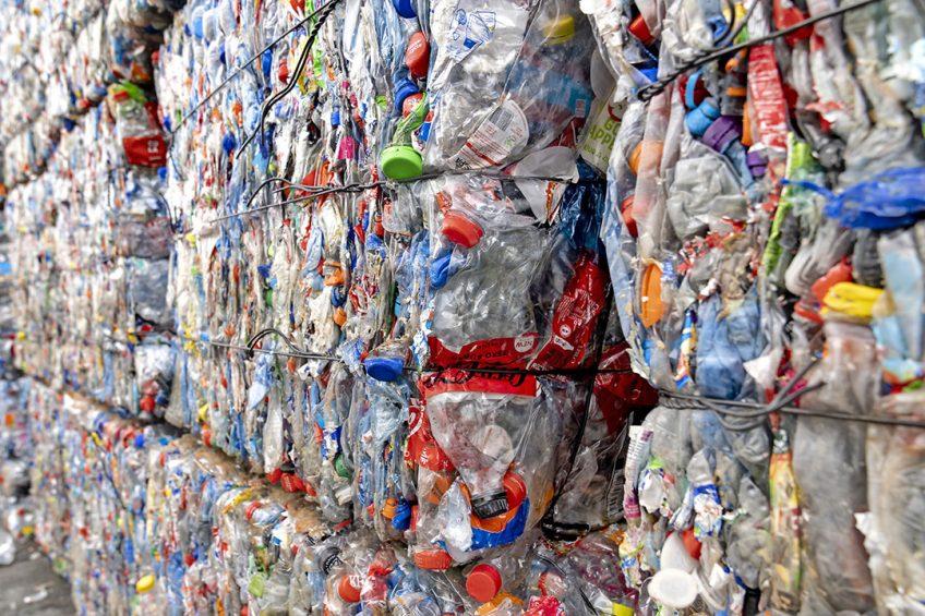 PET-flessen liggen klaar om gerecycled te worden. In 2025 moeten PET-flessen voor minimaal 25% zijn gemaakt van gerecycled plastic. Foto: ANP