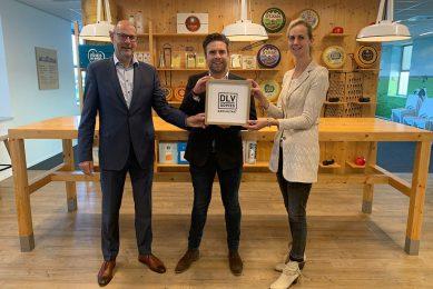 Klaas de Jong (COO Royal A-ware, links), Niek Groot Wassink (Adviseur Financieel Management DLV Advies, midden) en Anneke Jorritsma-van der Zijl (Manager Dairy Academy Royal A-ware). - Foto: A-ware