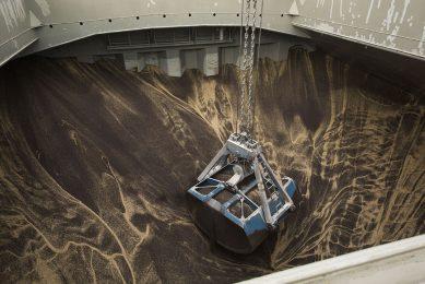 Overslag van sojaschroot in de haven van Rotterdam. - Foto: Koos Groenewold
