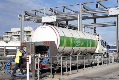 Melk wordt gelost bij de fabriek van FrieslandCampina in Veghel. - Foto: Bert Jansen