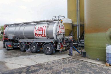 Bijproducten worden gelost op een varkensbedrijf. Na tarwezetmeel en tarwegistconcentraat gaan ook aardappelproducten in prijs stijgen. - Foto: Bert Jansen