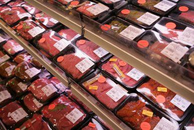 Supermarkten zien brood in vlees van Nederlandse runderen die in de wei hebben gelopen. - Foto: Jan Willem Schouten