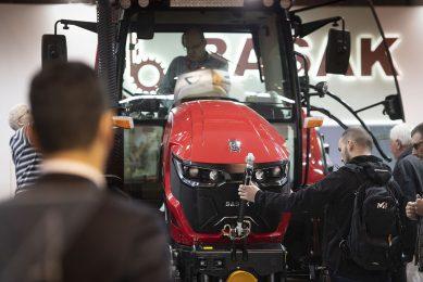 Leveranciers van trekkers en andere landbouwmachines profiteren van de herstelplannen van de Franse regering. - Foto: Mark Pasveer