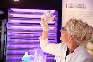 Pootaardappelbedrijf HZPC laat op een rassenshow aan hun klanten zien hoe ze in het laboratorium te werk gaan met DNA-onderzoek. - Foto: Mark Pasveer