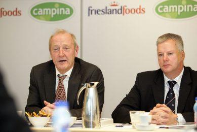 Sybren Attema (rechts), voorzitter van Friesland Foods, en Kees Wantenaar, voorzitter van Campina, bij de bekendmaking van de definitieve fusie tot FrieslandCampina in 2008. - Foto: Henk Riswick