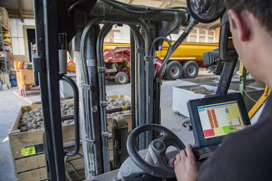 Akkerbouwer bekijkt data op zijn smartphone. Van belang is dat boeren meer zicht gaan krijgen op de processen op hun bedrijf, vindt columnist Anne Bruinsma. - Foto: Jan Willem van Vliet