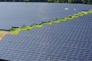 Voor zonne- en windenergie zal goede landbouwgrond worden verkocht. Een deel van dat geldzou in een fonds voor natuurinclusieve kringlooplandbouw moeten komen, vinden Niek de Boer en Rik Eweg.